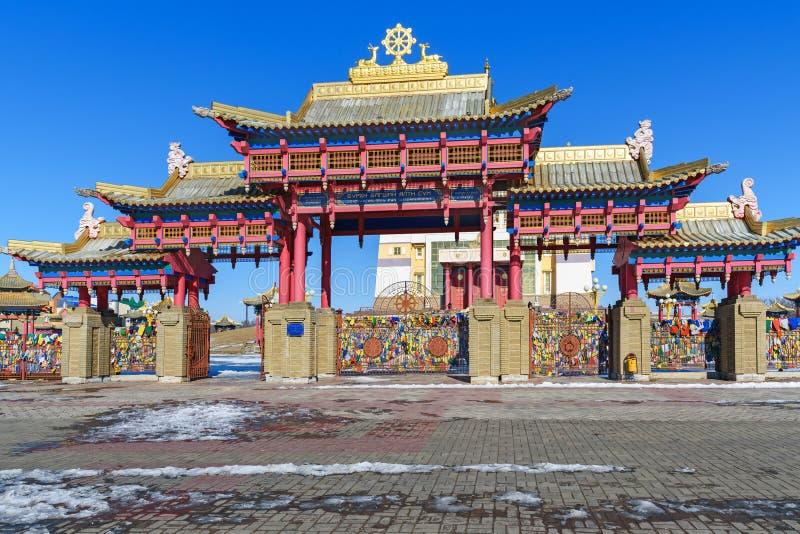 Porte à la demeure d'or complexe bouddhiste de Bouddha Shakyamuni au printemps Elista Russie images libres de droits