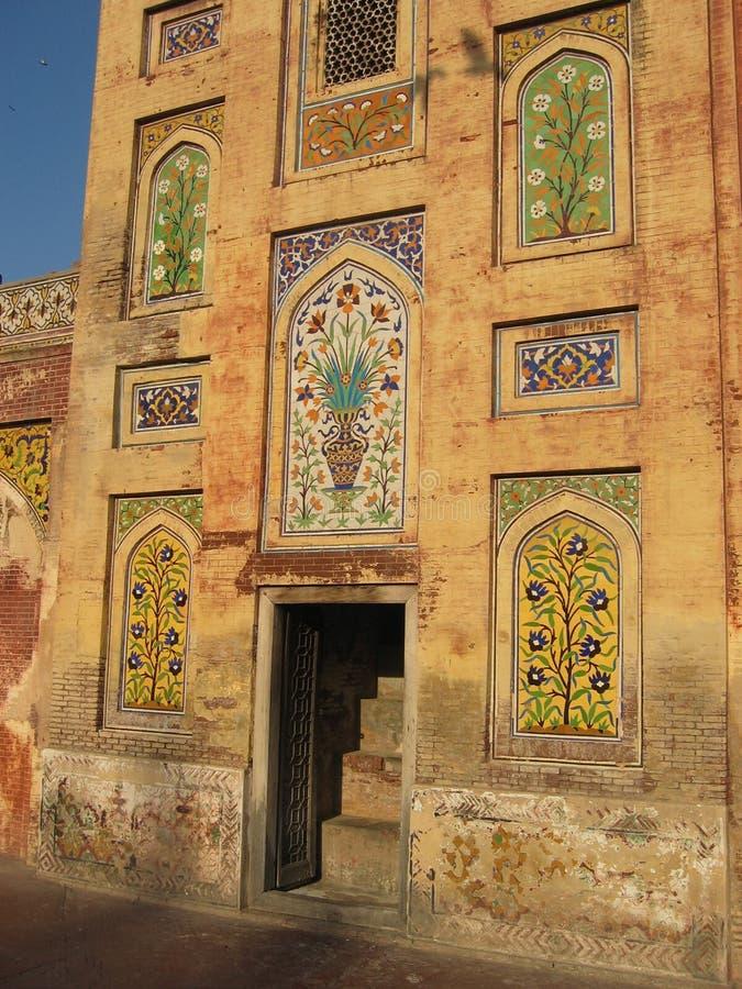 Porte à la mosquée de Wazir Khan photos stock