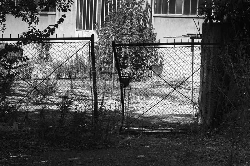 Porte abandonnée et rouillée photo libre de droits