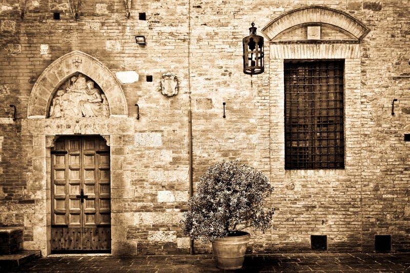 Porte antique à la maison toscane images libres de droits