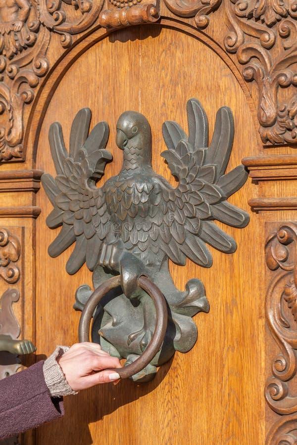 Porte antique avec le heurtoir sous forme d'aigle photos libres de droits