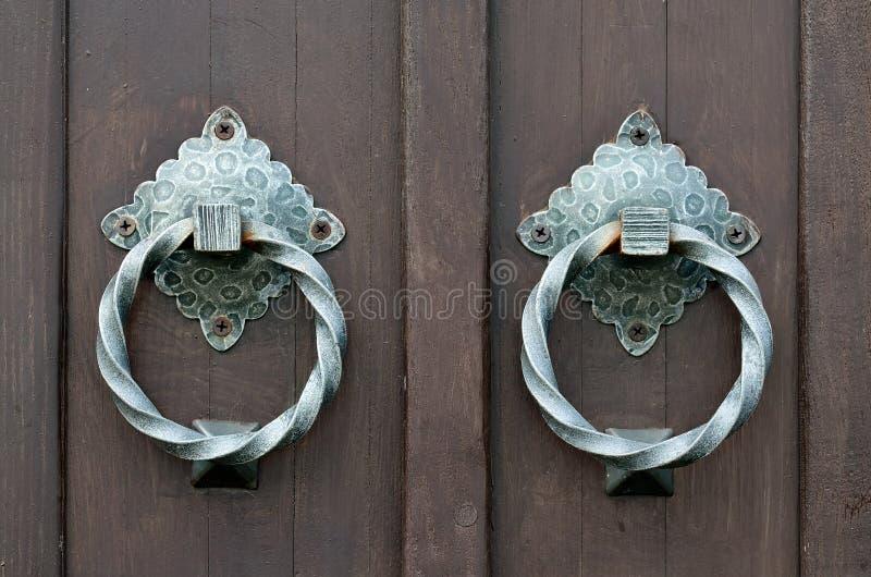 Porte antique avec un heurtoir de porte photographie stock libre de droits