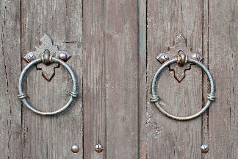 Porte antique avec un heurtoir de porte photos stock