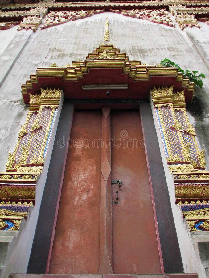 Porte antique d'église décorée du motif thaïlandais photos stock