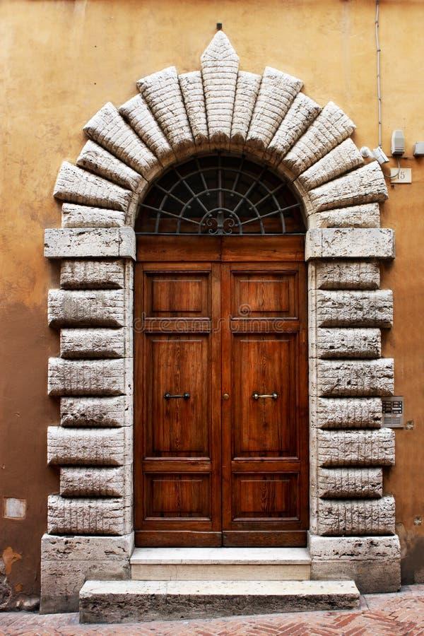 Porte antique d'un bâtiment historique à Pérouse (Toscane, Italie) image libre de droits