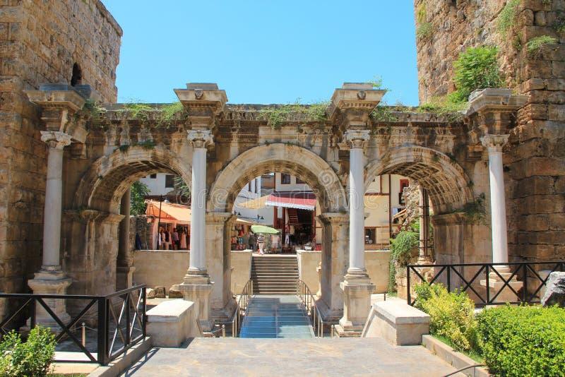 Porte antique de l'empereur romain Adrian, ville d'Antalya, Turquie photo libre de droits
