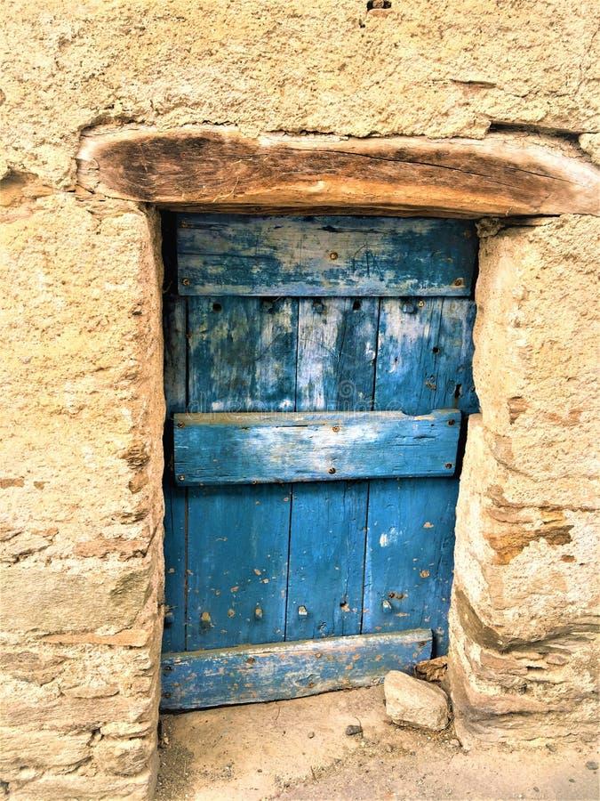 Porte antique et de cru, poutre et fascination bleues photo stock