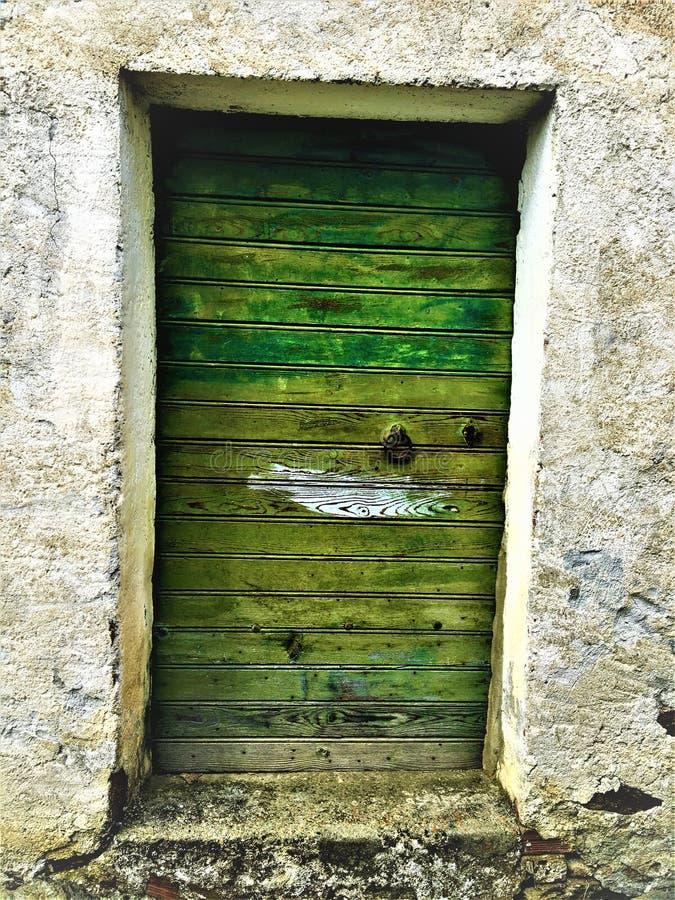Porte antique et de cru de vert, histoire et fascination image stock