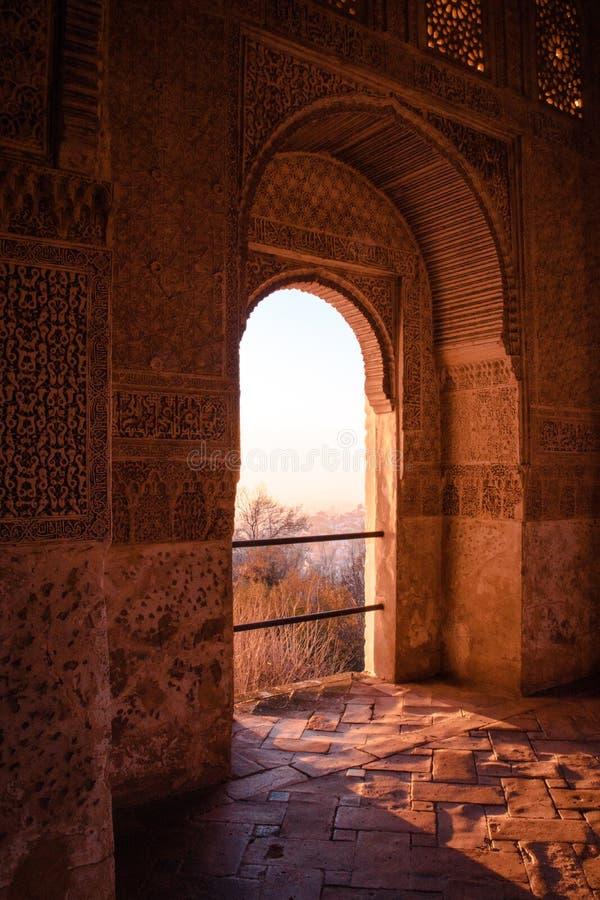Porte arabe, con i dettagli sulle pareti a mano scolpite e sul sole otorinolaringoiatrico fotografie stock libere da diritti