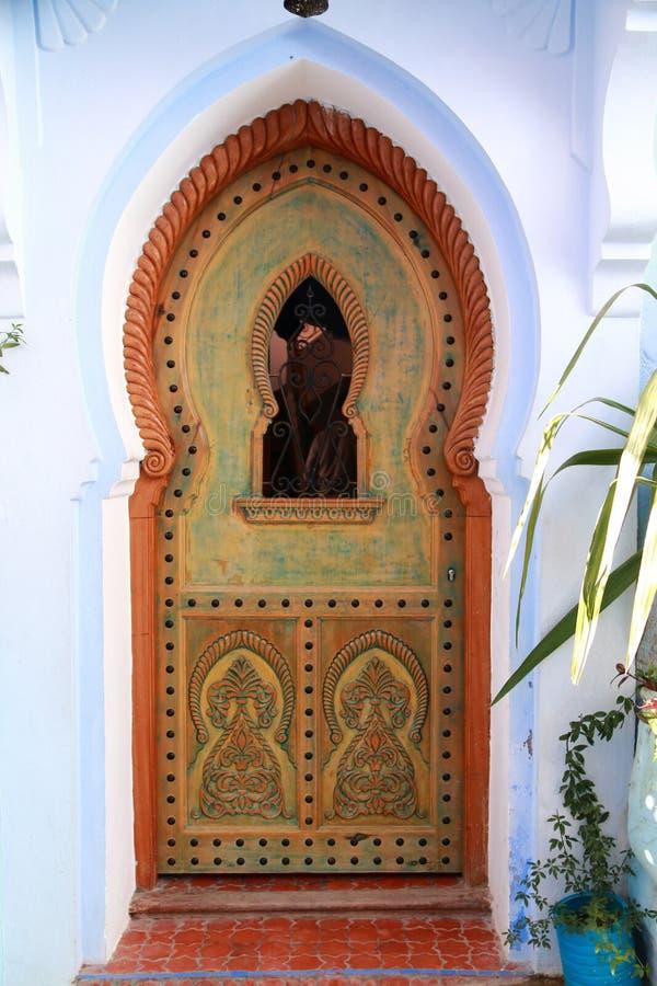 Porte arabe en bois découpée dans Chefchaouen, Maroc photo stock