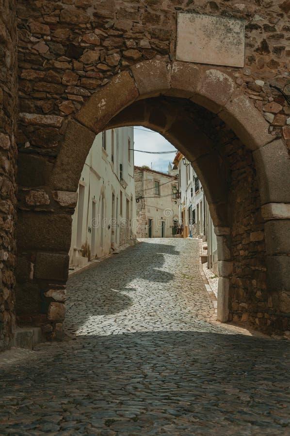Porte arquée dans le mur en pierre au château d'Estremoz photographie stock libre de droits