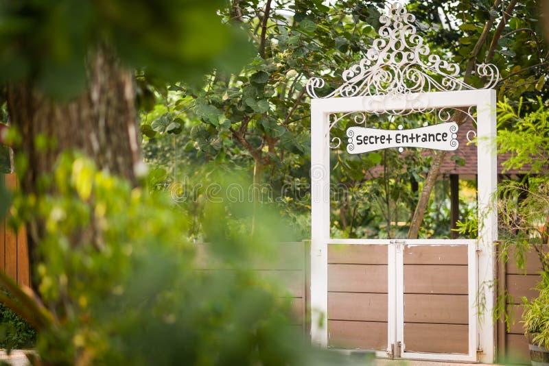 Porte au jardin secret image libre de droits