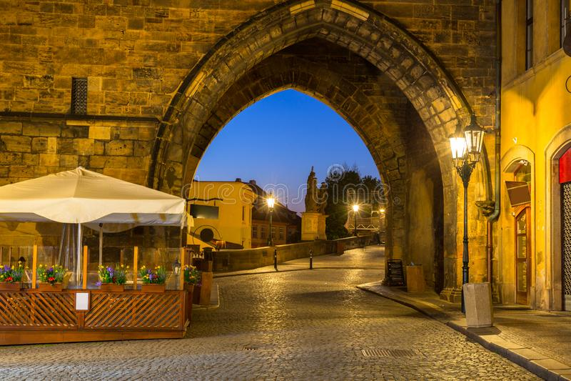 Porte au pont de Charles à Prague la nuit, République Tchèque photographie stock libre de droits