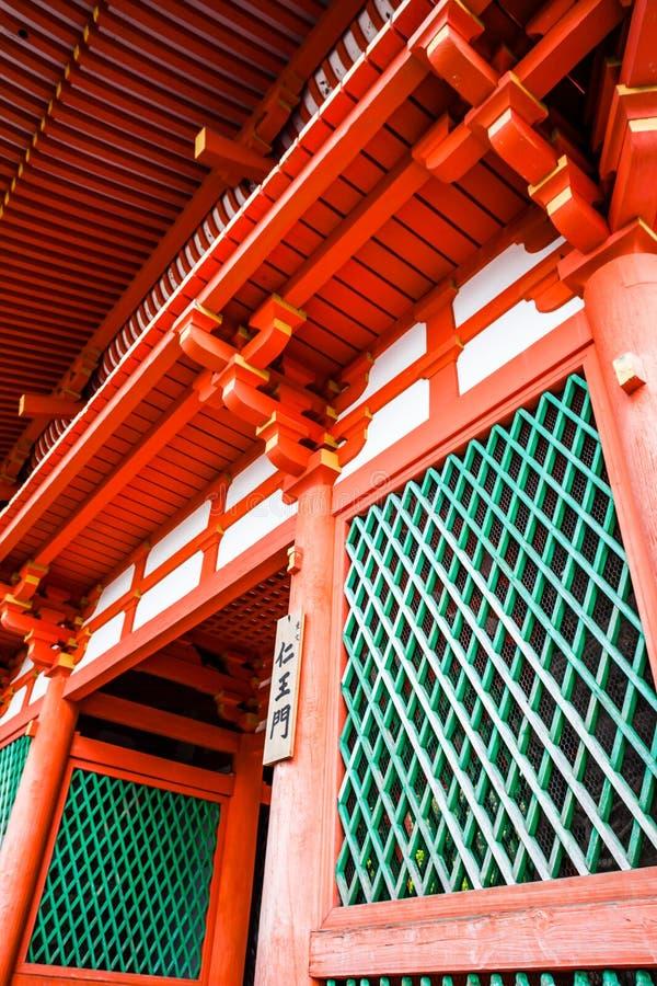 Porte avant au temple de Kiyomizu-dera à Kyoto, Japon photos stock