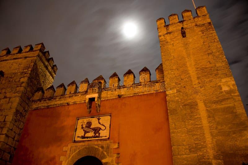 Porte avant d'alcazar maure de forteresse à Séville photos libres de droits