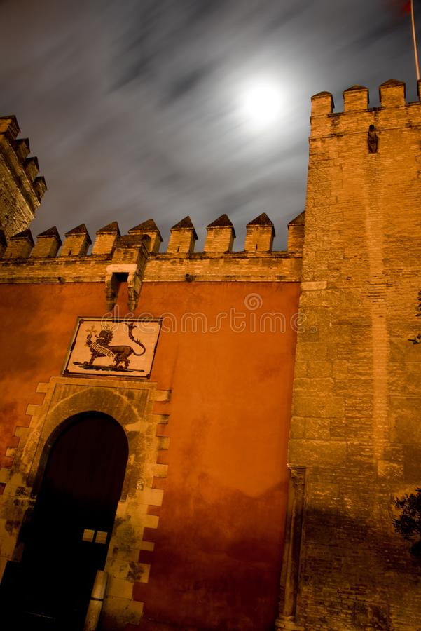 Porte avant d'alcazar maure de forteresse à Séville images libres de droits