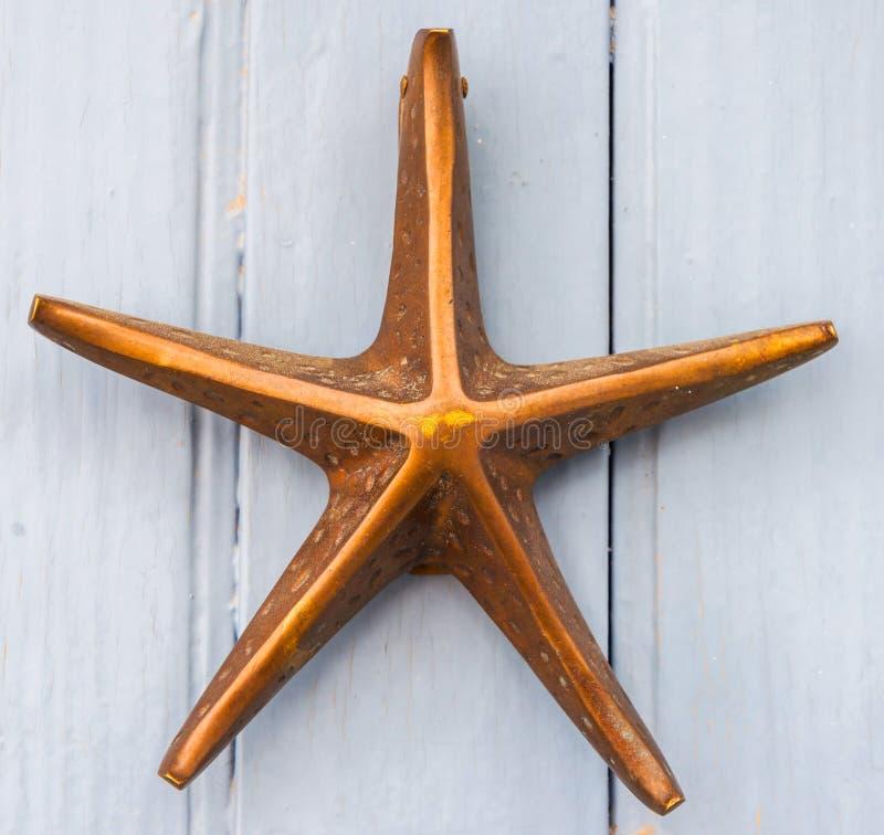 Porte avec le heurtoir en laiton sous forme d'étoile de mer, bel e images stock
