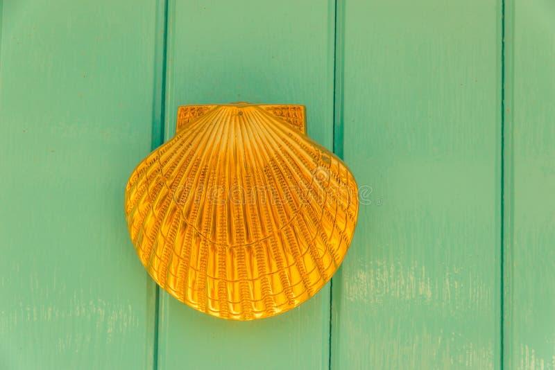 Porte avec le heurtoir en laiton sous forme de coquille, bel entr images stock