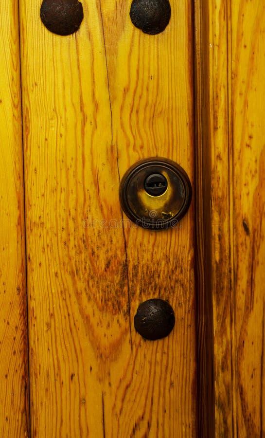 Porte avec le heurtoir en laiton sous forme de décor, bel entra photos stock