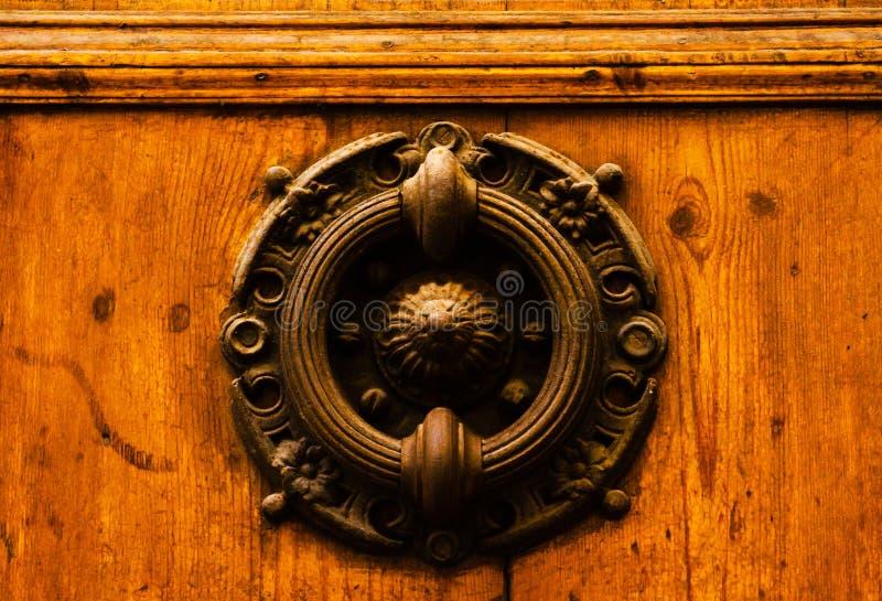 Porte avec le heurtoir en laiton sous forme de décor, bel entra photographie stock libre de droits