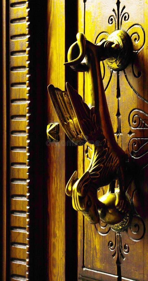 Porte avec le heurtoir en laiton sous forme de décor, bel entra images stock
