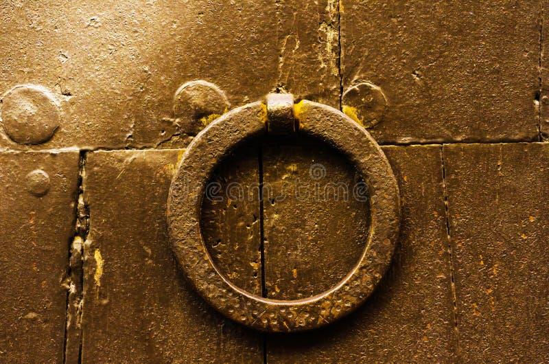 Porte avec le heurtoir en laiton sous forme de décor, bel entra image stock