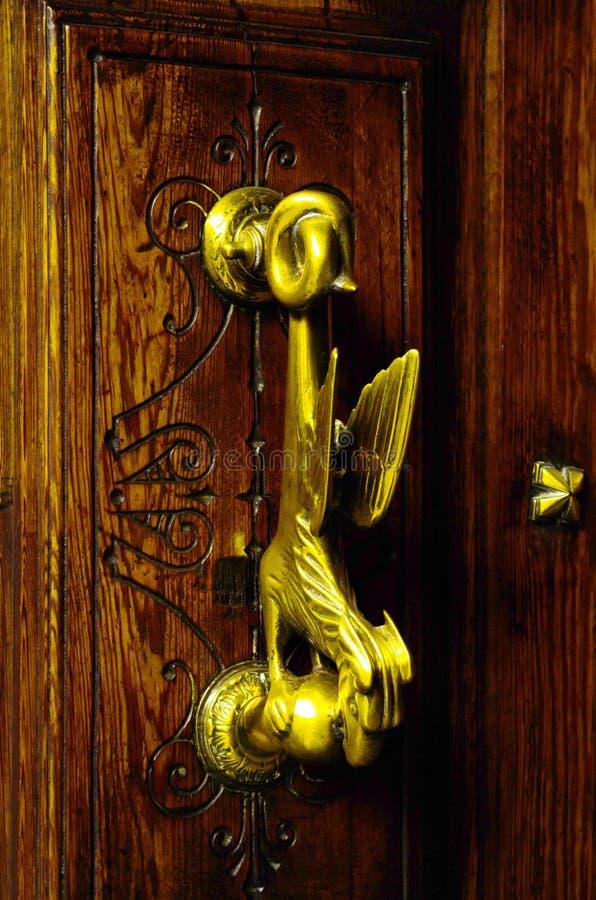 Porte avec le heurtoir en laiton sous forme de décor, bel entra photo libre de droits