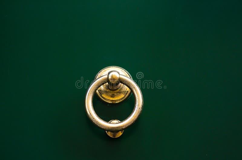 Porte avec le heurtoir en laiton sous forme de décor, bel entra photographie stock
