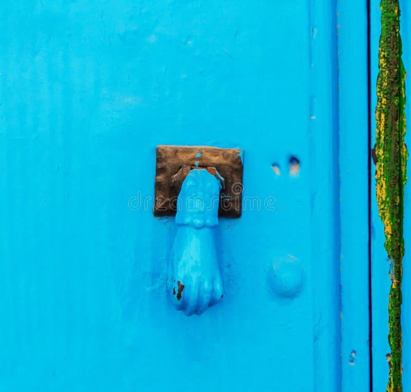 Porte avec le heurtoir en laiton sous forme de main, bel entran photos libres de droits