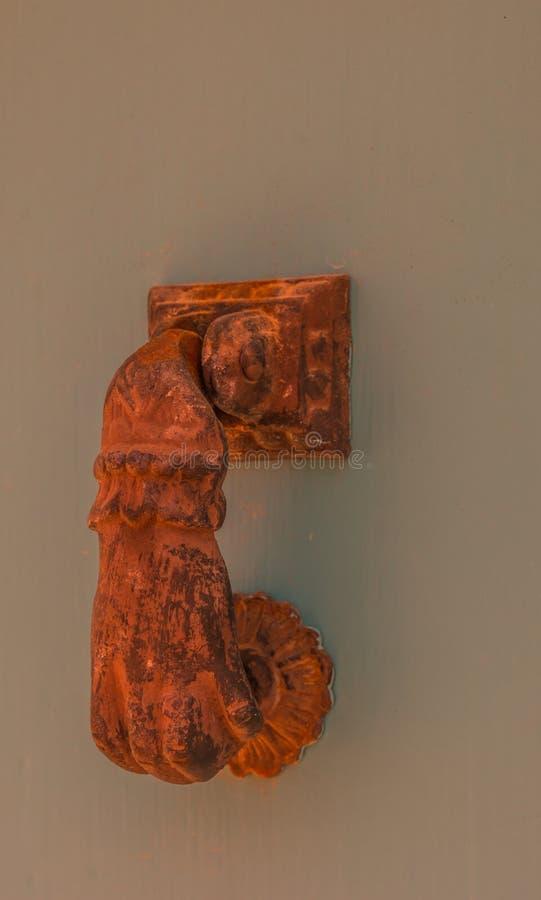 Porte avec le heurtoir en laiton sous forme de main, bel entran photos stock