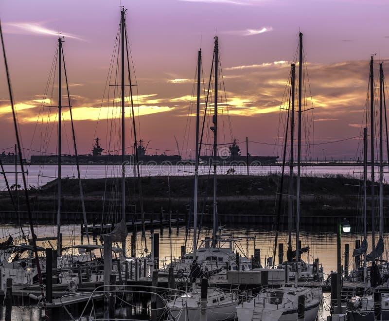 Porte-avions des USA dans le port images stock