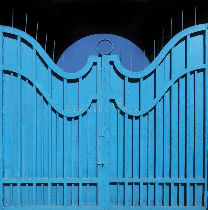 Porte-barrière exemplaire en métal avec la peinture bleue lumineuse périmée texture abstraite de fond photographie stock libre de droits