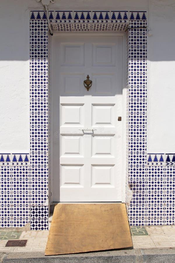 Porte blanche avec des azulejos espagnols image stock