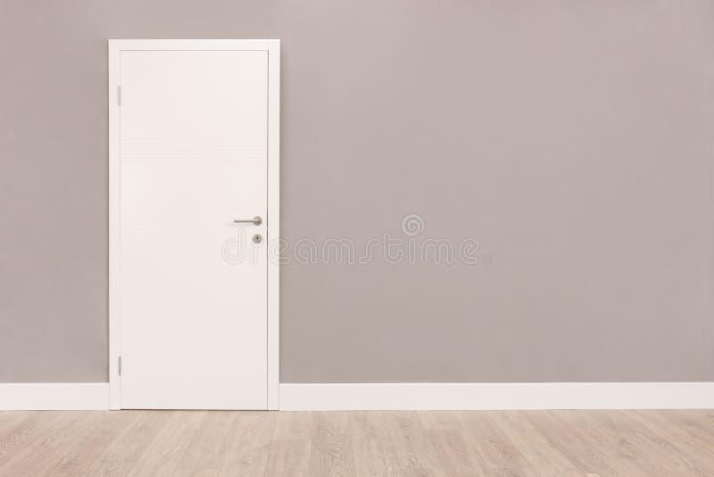 Porte blanche dans une salle vide photo stock