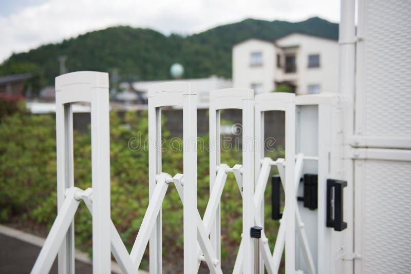 Porte blanche de barrière d'acier inoxydable pour la protection dans le trafic externe image stock