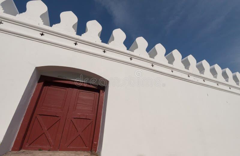 Porte blanche de mur et en bois photographie stock