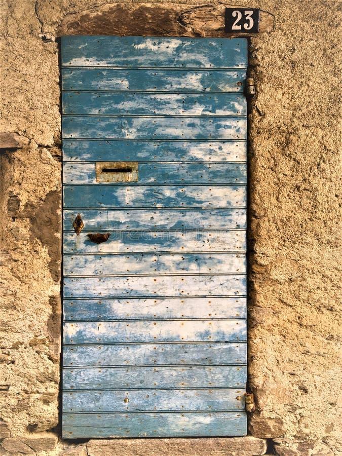 Porte bleue antique et de cru, histoire et fascination image libre de droits