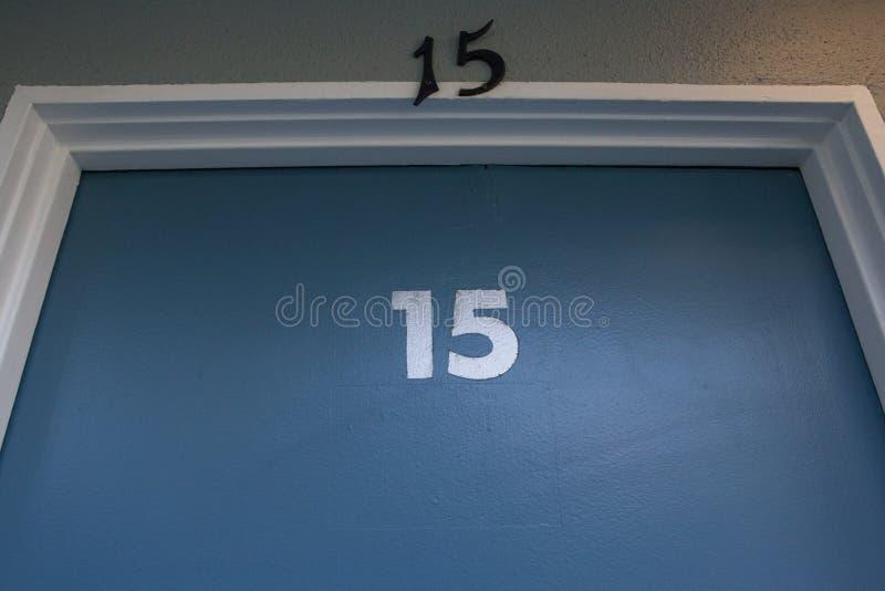 Porte bleue avec le numéro quinze marquée là-dessus deux fois images stock
