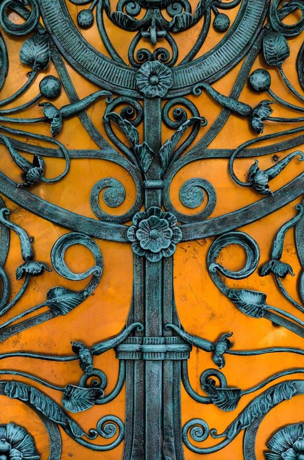 Porte bleue de fer travaillé de vintage image stock