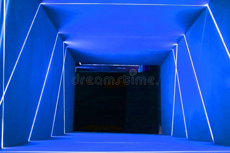 Porte bleue de l'espace de lampe au néon photographie stock