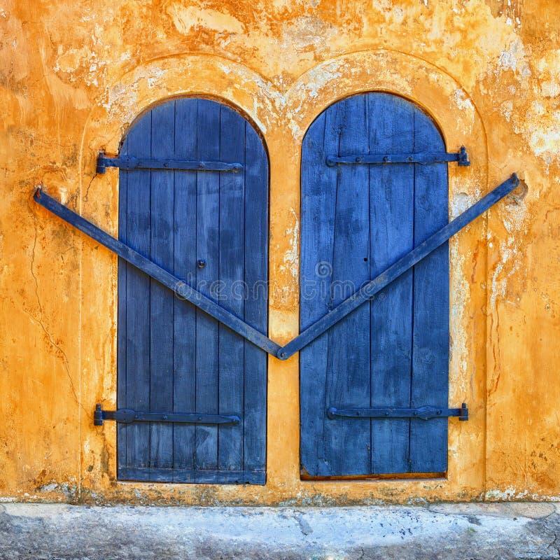 Porte bleue sur un mur beige antique photo libre de droits