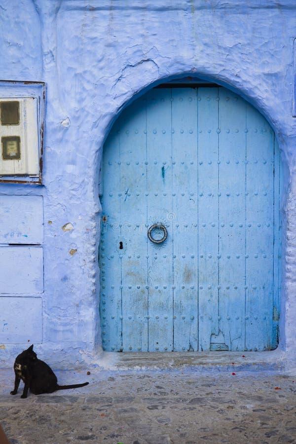Porte bleue traditionnelle dans Chefchaouen, Maroc photographie stock libre de droits