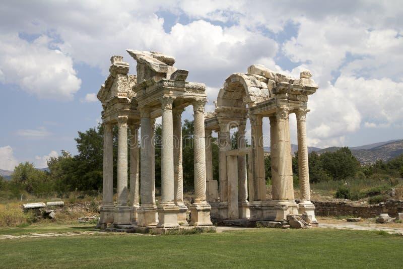 Porte célèbre de Tetrapylon dans les Aphrodisias photographie stock