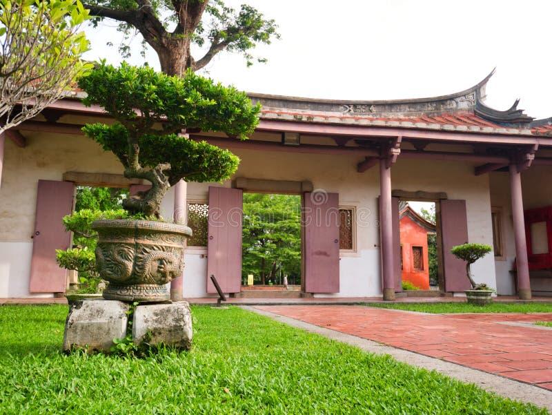 Porte chinoise au parc de Confucius avec des bonsaïs, Tainan, Taïwan photos stock