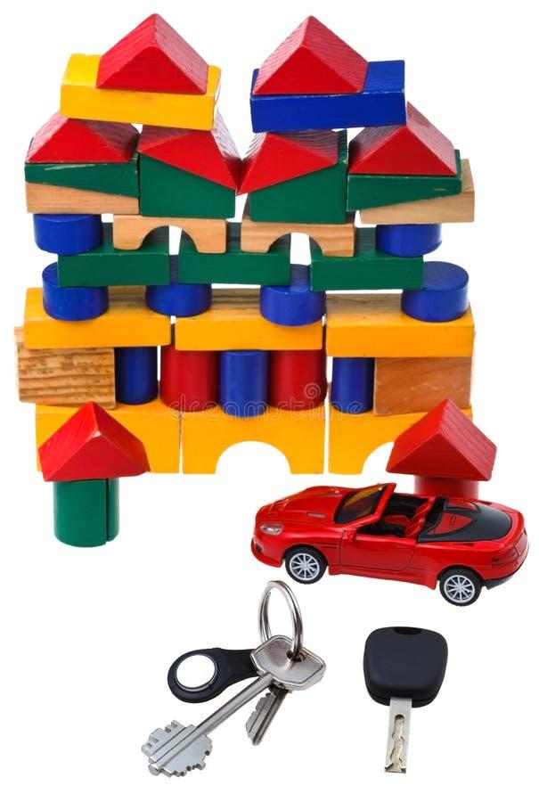 Porte, clés de véhicule, modèle rouge de voiture et maison de bloc photographie stock libre de droits