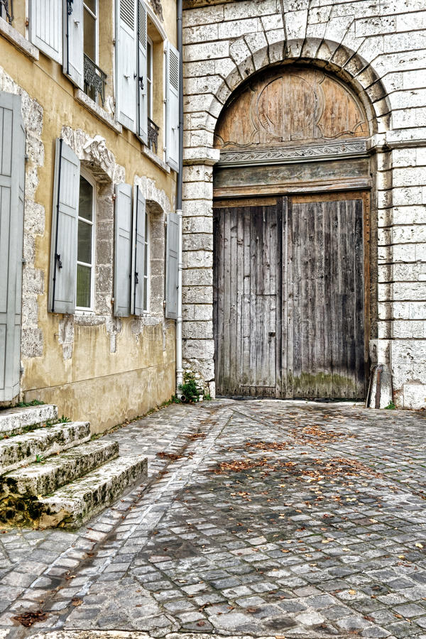 Porte Cochere在古法语议院的支架入口 库存图片