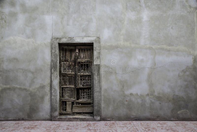 Porte coloniale abandonnée images libres de droits