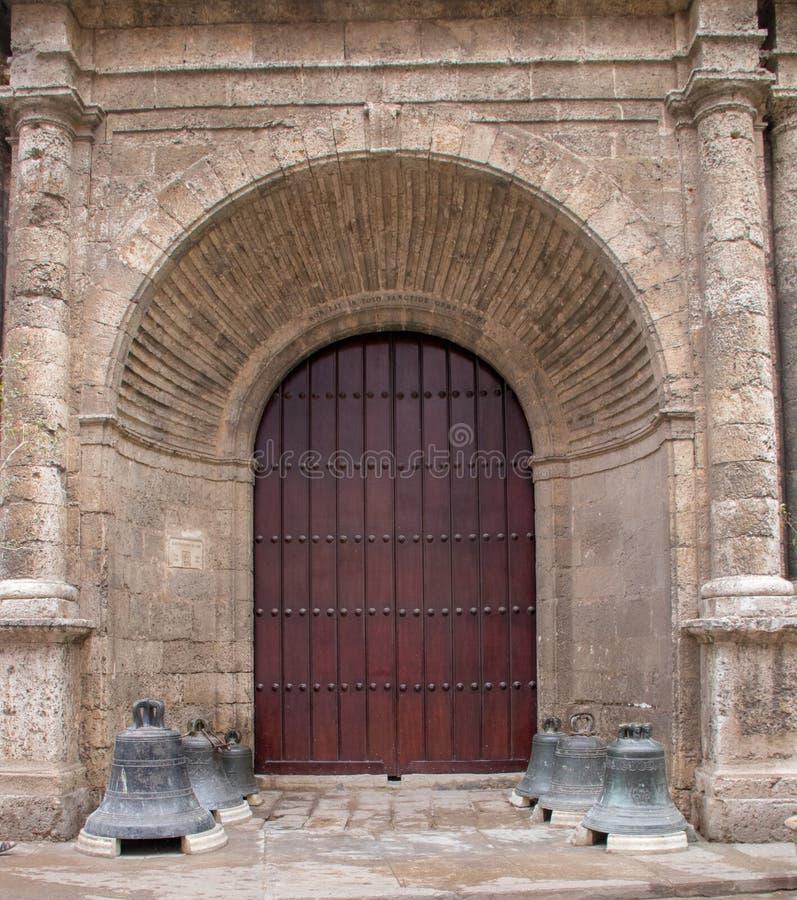 Porte coloniale espagnole d'église de style au Cuba images libres de droits