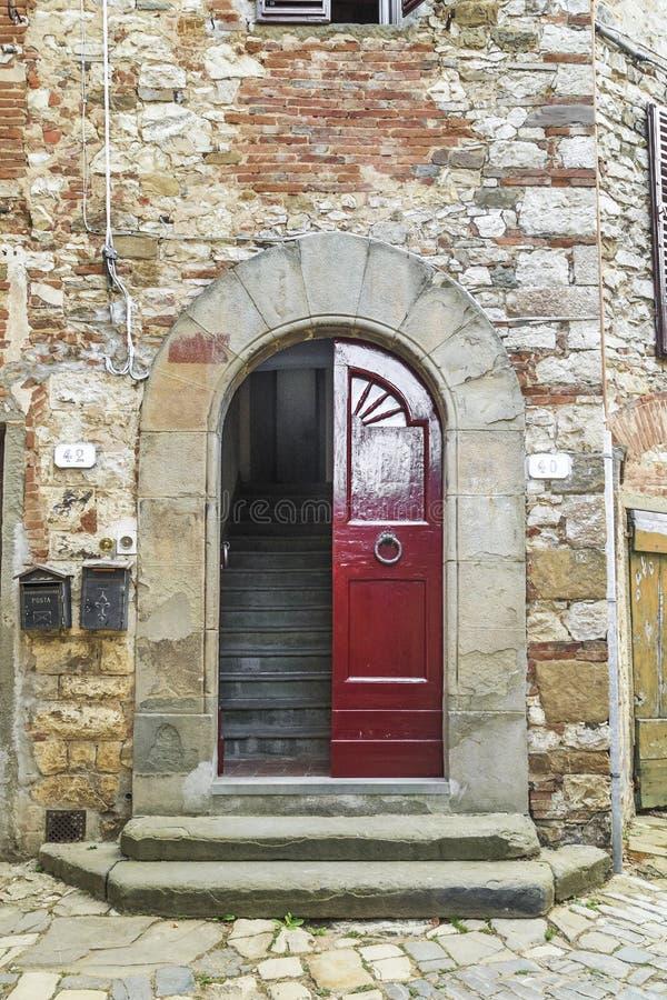 Porte con la vecchia casa italiana fotografia stock libera da diritti