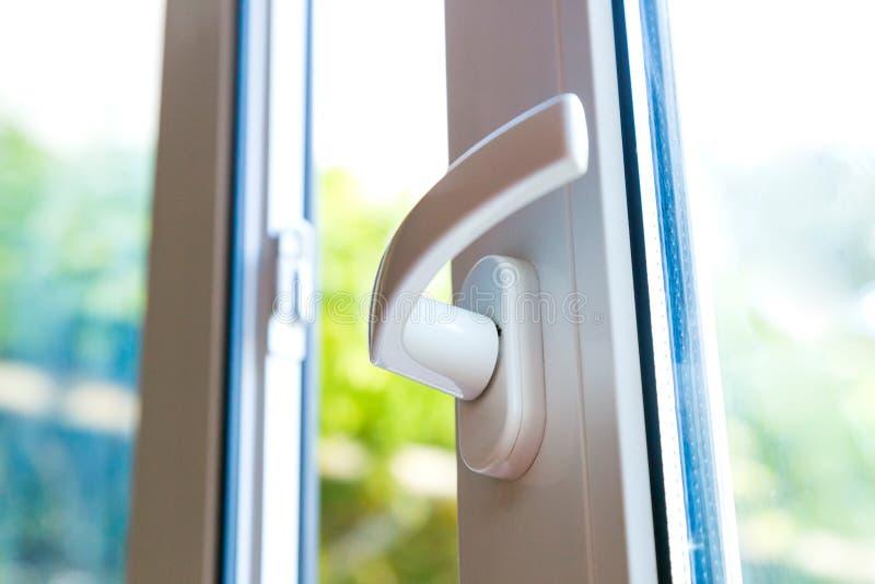 Porte coulissante blanche de PVC et double verre images stock